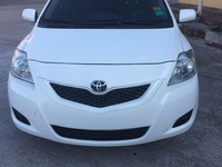 VENDO TOYOTA YARIS COLOR BLANCO AÑO 2013 - Autos - Santiago